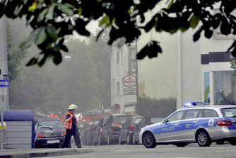 Polizei und Feuerwehr in verrauchten Straßen